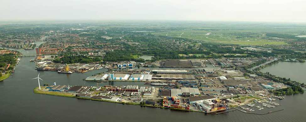De Achtersluispolder is een bedrijventerrein in de Noord-Hollandse stad Zaandam. Het terrein is gelegen ten noorden van het Noordzeekanaal, ten zuiden van het Vijfhoekpark, ten oosten van het Zijkanaal G dat uitkomt in de Zaan en ten westen van het Zijkanaal H. De polder is ontstaan toen het IJ gedeeltelijk werd ingepolderd ten behoeve van de aanleg van het Noordzeekanaal. Het bedrijventerrein biedt plaats aan allerlei soorten grote of kleinere bedrijven waarvoor in de stad geen plaats is. Ook bevindt zich er een openluchtstalling voor de bussen van Connexxion. Van 1977-2010 bevond zich op het terrein de garage van de voormalige Enhabo welke nu door Connexxion is verlaten. In het bedrijventerrein bevinden zich twee insteekhavens de Isaac Baarthaven en de Dirk Metselaarshaven. De naam van de polder verwijst naar het feit dat de polder achter een sluis was gelegen