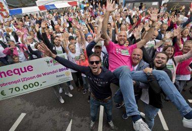 9 september is de dag! De achtste editie van [Z]aan de Wandel vindt plaats op zondag 9 september. De start- en finishlocatie is het Topsportcentrum De Koog in Koog aan de Zaan. Waar doen we het voor? Dit jaar komen de opbrengsten ten goede aan het inloophuis Centrum voor Leven met Kanker Zaanstreek | Anna's huis én borstkankeronderzoek door het Antoni van Leeuwenhoek. Tijdens de zeven voorgaande edities is een bedrag van Euro 411.000 bij elkaar gewandeld voor de goede doelen van [Z]aan de Wandel. Help jij mee om dit jaar de magische grens van een half miljoen te doorbreken? Kom in beweging en schrijf je samen met familie, vrienden en/of collega's in voor de editie van 2018!